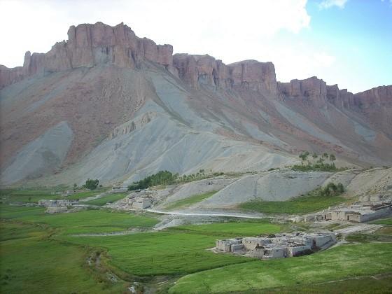 Oasis de verdure au milieu des montagnes arides du nord de l'Afghanistan, juillet 2007, photo Béatrice Maine