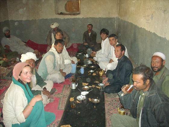 Tea House, nord Afghanistan, lieu de repas, pause thé et dortoir pour les voyageurs locaux, juillet 2007