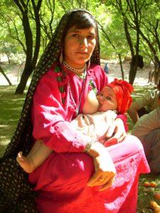 Yakolang, jeune mère dans le jardin d'abricotiers
